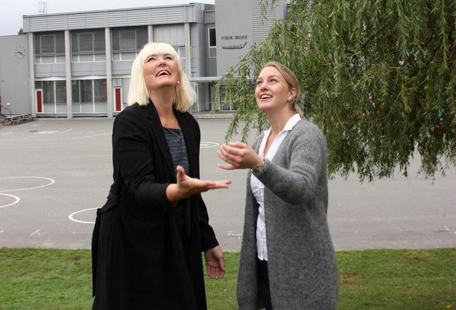 Bildet viser rektor Hilde Grankel (til venstre) og FAU-leder ved Virik skole, Lillian Skåleskog (til høyre). Foto: Eivinn Ueland