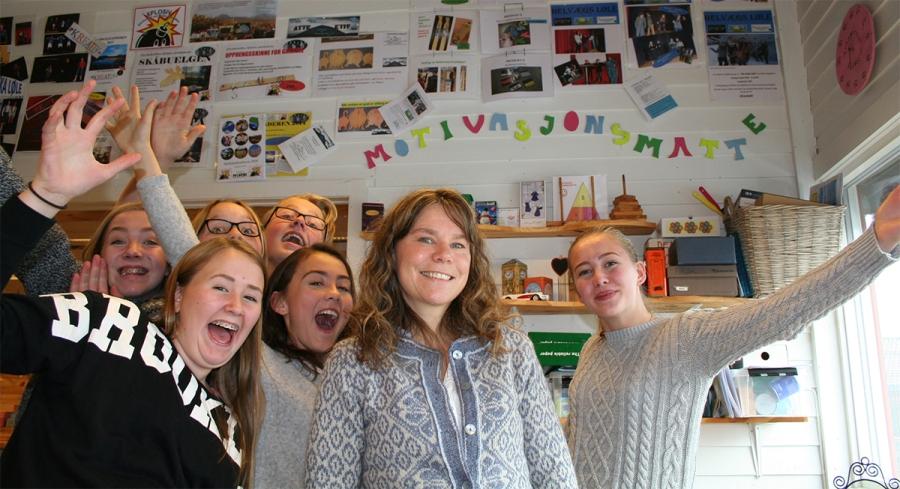 Bildet viser Tori Virik Nøvik sammen med noen av sine elever. (Foto: Anne Grete Bakkene).